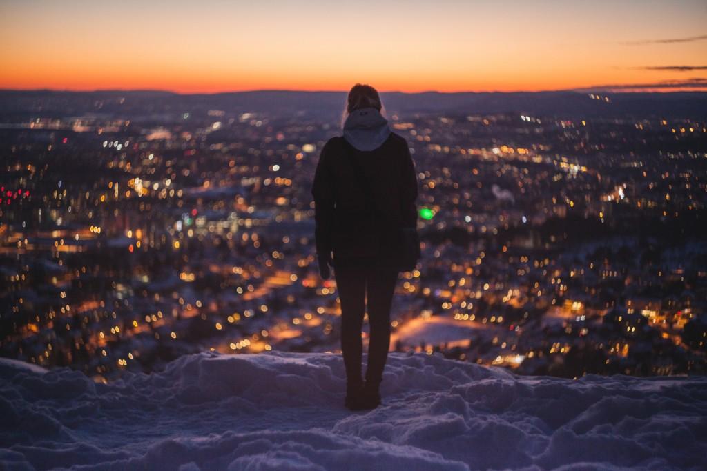 夜景を見つめる人