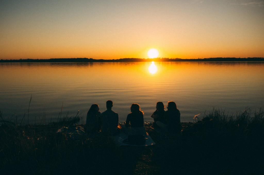 太陽を眺める仲間達