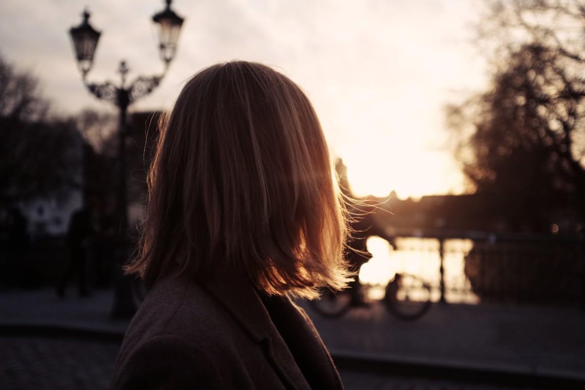 太陽を見つめる人