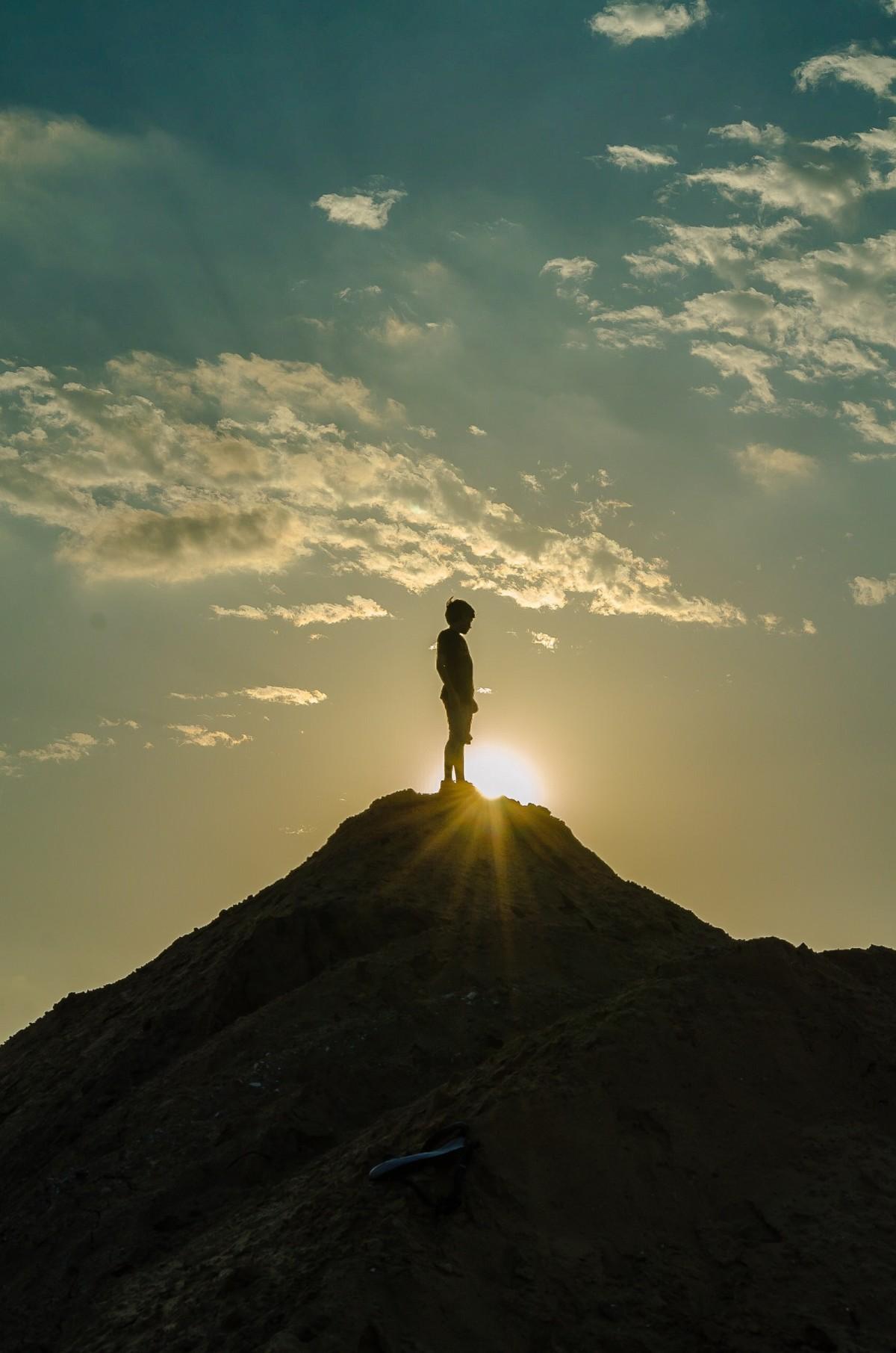 山頂に立つ人